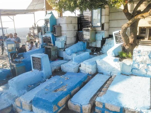 """קברו של הרדב""""ז שלישי מימין בשורה התחתונה, ומשמאלו (עם לוחית שחורה), קבר המבי""""ט. בית הקברות העתיק בצפת צילום: אלעד בוסקילה"""