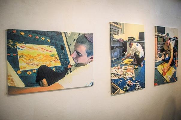 """""""הדר בני אמר: יש לך שתי אפשרויות בחיים, להתעסק בעצמך או לעשות דברים גדולים"""". הדר גולדין, מתוך תערוכה מציוריו שהוצגה בגלריה עין הוד, אוגוסט 2015 צילום: גארט מילס, פלאש 90"""