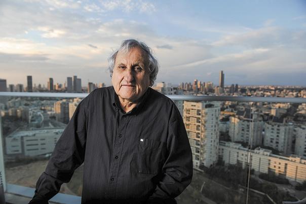 מה מושך סופר בתחילת דרכו לכתוב על אנשים שנמצאים בסוף דרכם? א.ב. יהושע, 2012 צילום: ראובן קסטרו