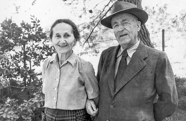 """נהג לומר שהלשון העברית היא כל חייו. ש""""י עגנון עם אשתו אסתר בחצר ביתם, 1966 צילום: באדיבות בית עגנון"""