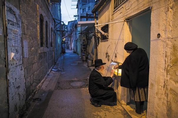 לעשות שלום בין איש לאשתו. חנוכה, ירושלים 2015 צילום: יונתן זינדל, פלאש 90