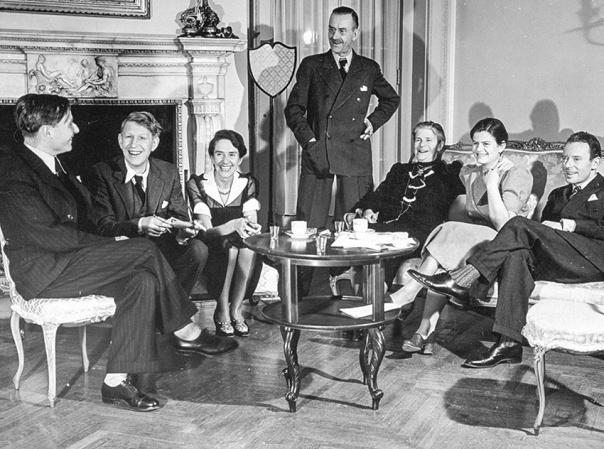 האמנים ביצירותיו משלמים מחיר כואב. תומאס מאן (במרכז) ומשפחתו. (שני משמאל: המשורר וו. ה. אודן. שהתחתן עם בתו של מאן).  צילום: ג'טי אימ'גס