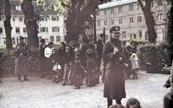 נרצחו בהמוניהם במחנות השמדה. צוענים עומדים להישלח לגירוש, אספרג, גרמניה, מאי 1940 צילום: הארכיון הפדרלי הגרמני