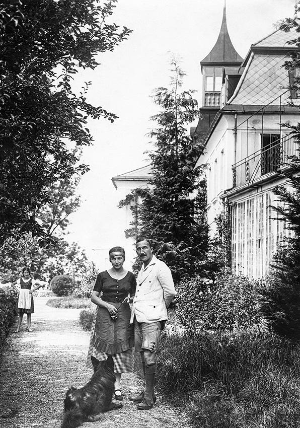"""""""אם יהדות היא טרגדיה, הבה נחיה אותה"""". סטפן צוויג ואשתו פרדריקה וינרטרנינץ, ליד ביתם בזלצבורג, 1922 צילום: גטי אימג'ס"""