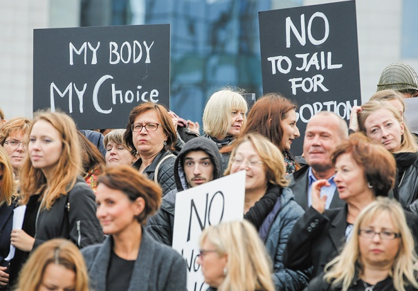 ההנחה הליברלית שעובּר אינו בן אדם היא השאלה השנויה במחלוקת. מפגינים פולנים נגד החוק האוסר הפלות במדינה, אוקטובר 2016 צילום: אי.פי.אי,