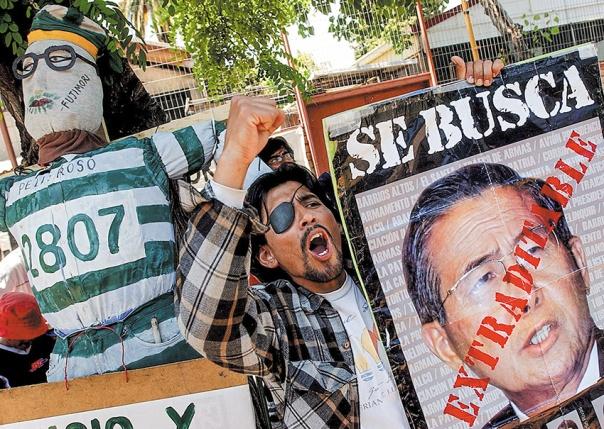 שנות שלטון מושחתות.  הפגנה נגד נשיא פרו לשעבר, אלברטו פוג'ימורי, 2005 צילום: אי.פי.איי
