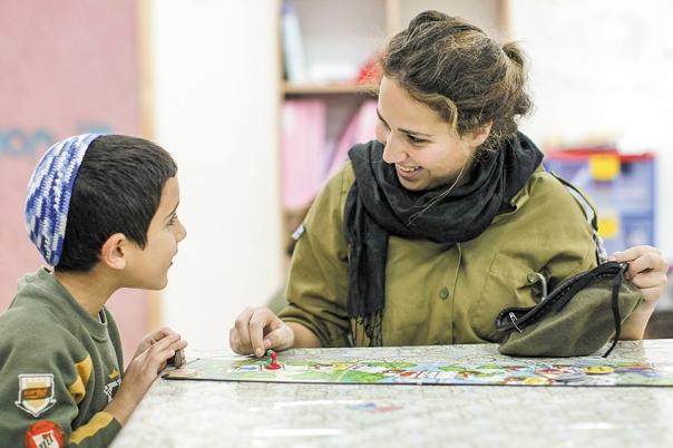 """גיוס הבנות הדתיות לצה""""ל תרם תרומה עצומה לחברה הכללית. חיילת בשדרות, 2009 צילום: קובי גדעון, פלאש 90"""