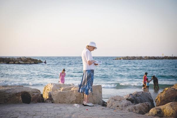 התפילה כפעילות קיומית וחיונית בחיי האדם. חוף תל אביב, 2016 צילום: מרים אלסטר