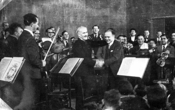 """""""אני עושה זאת למען האנושות"""". הקונצרט הראשון של התזמורת הפילהרמונית הארצישראלית, 1936. במרכז: המנצח ארתורו טוסקניני"""