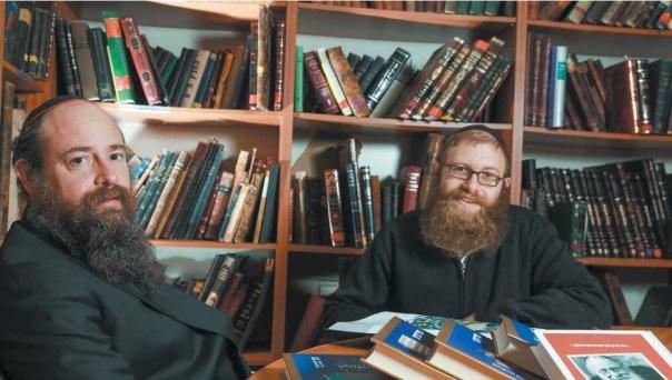 """""""בתור ילד אבא שלי אסר עליי ללמוד גמרא עם הספרים שלו"""". אמחיה (מימין) ומני אבן ישראל צילום: מרים צחי"""