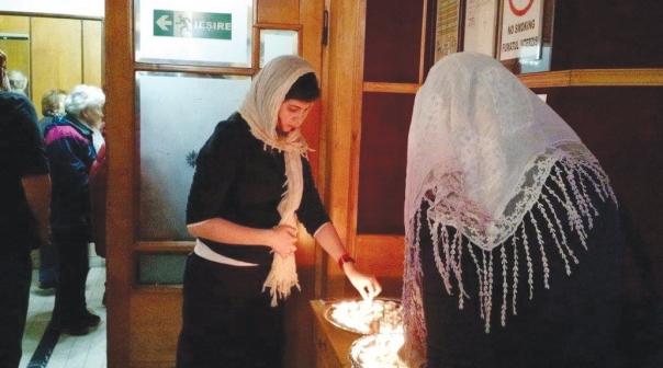 """ משתתפות סמינר """"אשת חיל"""" מדליקות נרות שבת צילום: מגדה קופרברג"""