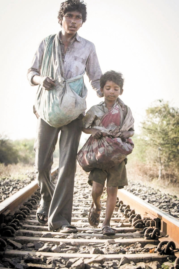 """מדי שנה נקרעים מידי הוריהם 80,000 ילדים בהודו. מתוך הסרט """"סארו - הדרך הביתה"""" צילום: יח""""צ"""